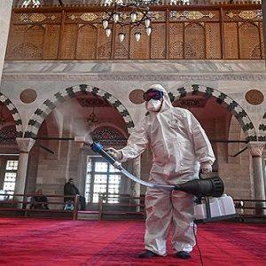 Penyemprotan disinfektan di area dalam masjid (Foto: Ozan Kose/AFP/Aljazeera)