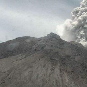 Gunung Merapi kembali erupsi, Jumat (27/03/2020) siang. (Foto: Instagram-@bpptkg)
