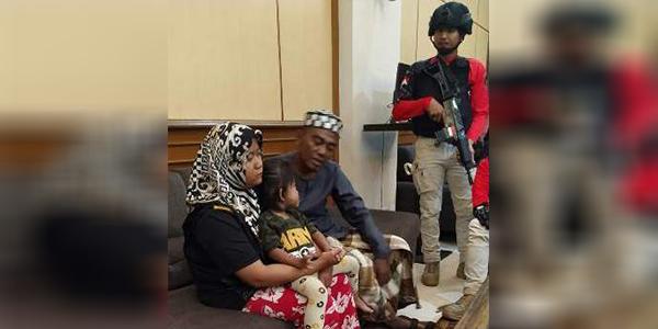 Pasutri yang diduga menculik anak warga Negara Malaysia diamankan polisi (Sumber: Tribrata News Polda Jatim)