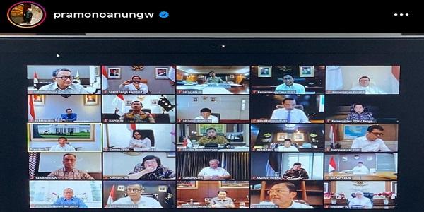 Presiden RI Joko Widodo (Jokowi) memimpin Rapat Terbatas bersama Wakil Presiden (Wapres) Kiai Haji Ma'ruf Amin secara online bersama para menteri (Foto: Instagram-@pramonoanungw)