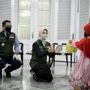 Azriliya Aliya Nabila memberikan tabungannya kepada Ridwan Kamil untuk dibelikan masker bedah