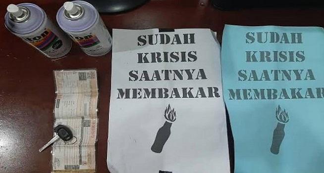 Polisi mengamankan barang bukti aksi vandalisme di wilayah Pasar Anyar, Jalan Kiasnawi, Sukarasa, Kota Tangerang, (Foto: TribrataNews)