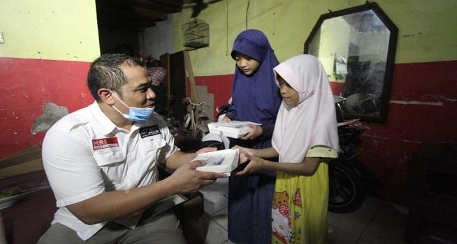 Aksi Cepat Tanggap (ACT) lewat Program Ketok Pintu memberikan bantuan kepada keluarga Nurlela, Selasa (19/05/2020)