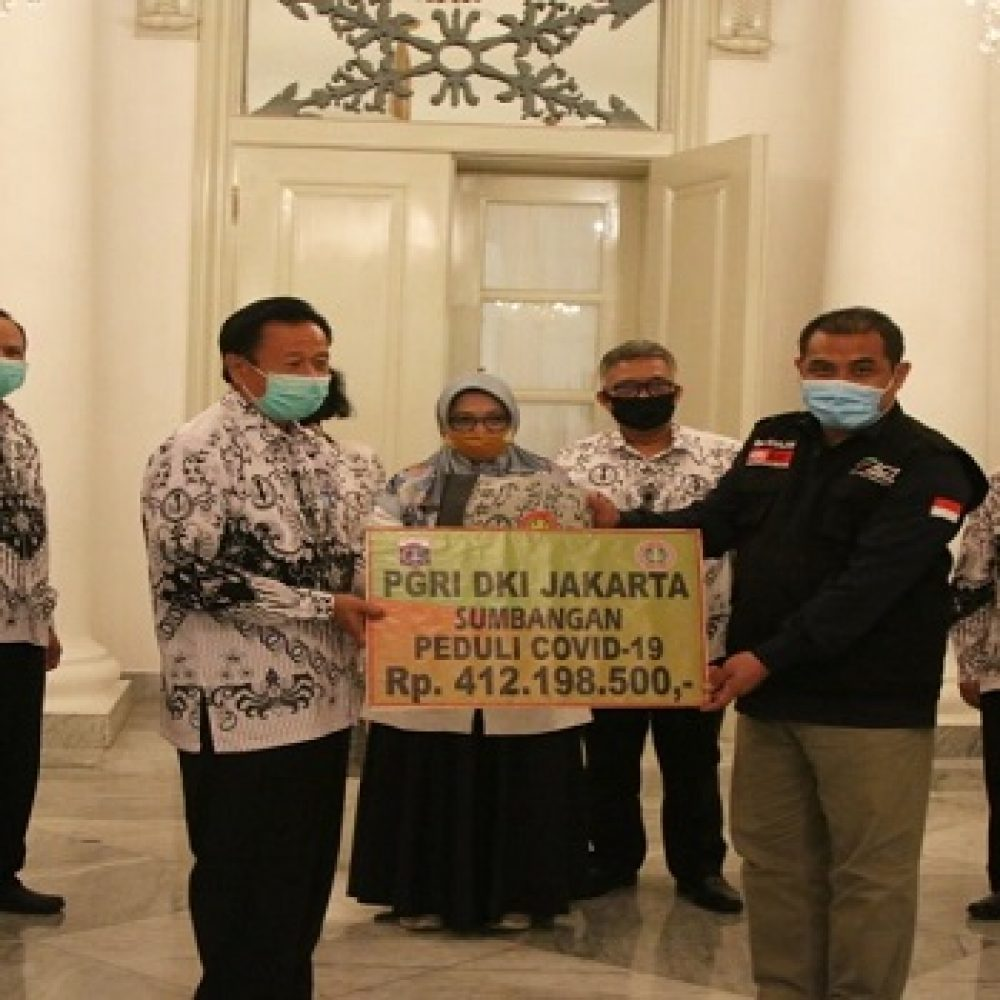 PGRI menyerahkan donasi senilai Rp412 juta kepada ACT dalam program Kolaborasi Sosial Berskala Besar (KSBB) di Balai Kota, Jakarta Pusat, Rabu (13/05/2020)
