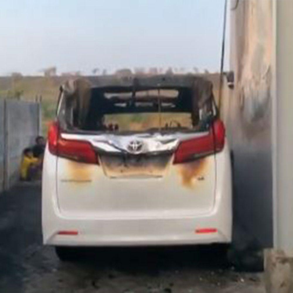 Screenshot rekaman video mobil Alphard milik Via Vallen dibakar orang tak dikenal (Instagram-@viavallen)