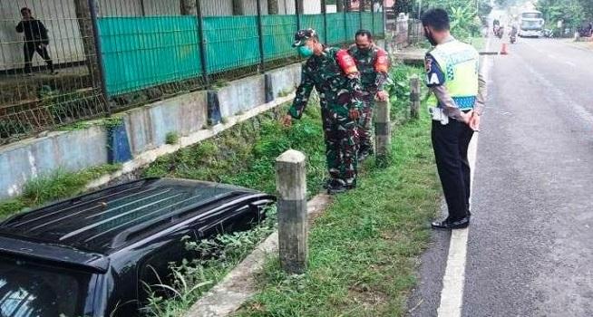 Sebuah mobil mengalami kecelakaan (Laka) tunggal di Jalan Raya Nasional Ruas Tegal-Purwokerto, Brebes akibat terpeleset ceceran oli, Selasa (02/06/2020)