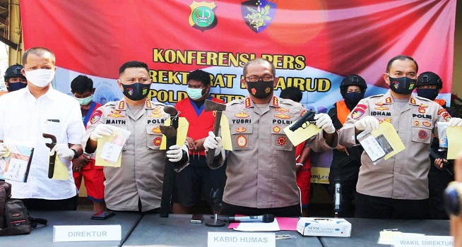 Kepolisian Daerah (Polda) Metro Jaya menunjukkan barang bukti kejahatan kelompok perompak (Foto: TribrataNews)