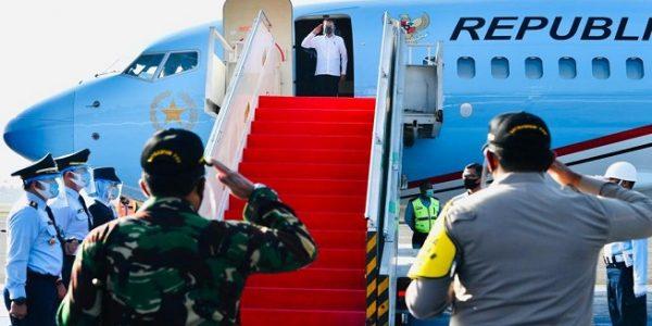 Presiden RI Joko Widodo saat akan bertolak menuju Aceh dari Pangkalan TNI AU Halim Perdanakusuma, Provinsi DKI Jakarta, Selasa (25/08/2020). (Foto: BPMI).
