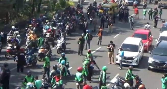 Ratusan driver alias pengemudi online Jawa Timur menggelar unjuk rasa di kawasan Bundaran Waru, Selasa (15/09/2020). (Dok. Istimewa/Tribrata News Polda Jatim)