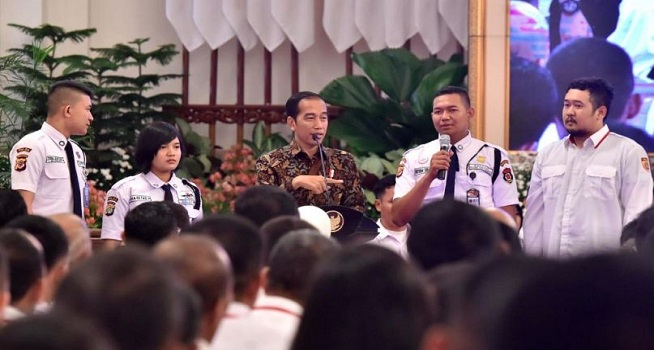 Presiden RI Joko Widodo (Jokowi) bersama para satpam dalam acara Konferensi Industri Jasa Pengamanan Nasional (Kipnas) 2018 di Istana Negara, Jakarta, 12 Desember 2018 (Foto: setneg.go.id)