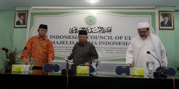 Sekretaris Jenderal Majelis Ulama Indonesia (MUI) KH Anwar Abbas bersama Maruf Amin dan Wakil Sekjen MUI KH Tengku Zulkarnain di kantor MUI Pusat, Jakarta, 13 Oktober 2016. (Foto: Tempo)