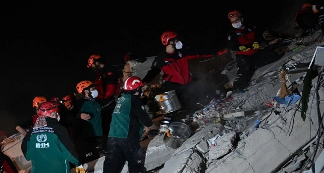 Tim penyelamat mencari korban selamat di antara puing-puing bangunan runtuh setelah gempa bumi dahsyat melanda pantai Barat Turki dan sebagian Yunani (Foto: Ozan Kose/AFP)