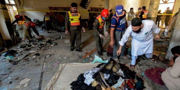 Serangan bom di sebuah sekolah keagamaan di Kota Peshawar, Pakistan (Foto: BBC/Getty Images)