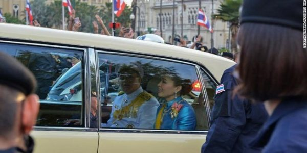 Ratu Thailand Suthida dan Pangeran Dipangkorn Rasmijoti di dalam iring-iringan mobil kerajaan saat melewati unjuk rasa prodemokrasi di Bangkok, 14 Oktober 2020 (Foto: CNN)