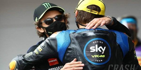 Valentino Rossi bersama Luca Marini (Foto: Crash)