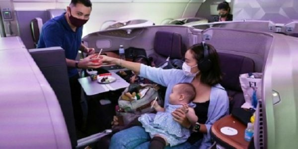 Pengunjung menikmati sensasi makan di dalam pesawat Singapore Airlines (Foto: AFP)