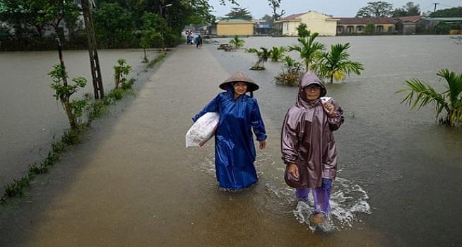 Bencana banjir di Vietnam mengakibatkan sedikitnya 102 orang meninggal atau hilang dan 90 ribu lainnya mengungsi (Foto: The Guardina/Manan Vatsyayana/AFP/Getty)