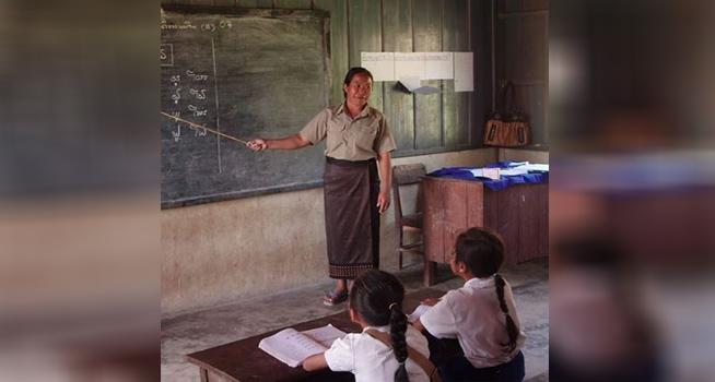 Seorang guru tengah mengajar siswa di kelas (Foto: Pixabay)