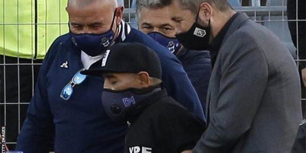 Diego Maradona (tengah) menghadiri pertandingan papan atas Argentina untuk merayakan ulang tahunnya ke-60 pada Jumat (Foto: BBC/Getty Images)