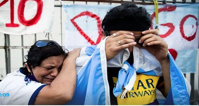 Fans Maradona menangis setelah sang megabintang dikabarkan meninggal dunia (Foto: The Guardian)