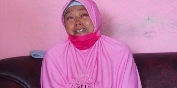 Nunuk Widiasih (62) tak mampu menahan air matanya saat menceritakan kisah pilu keluarganya (Dok. Istimewa/jatengprov.go.id)