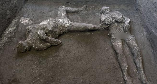 Jasad dua pria korban letusan dahsyat Gunung Vesuvius yang menghancurkan Kota Pompeii Romawi Kuno hampir 2000 tahun silam ditemukan (Foto: BBC/EPA)