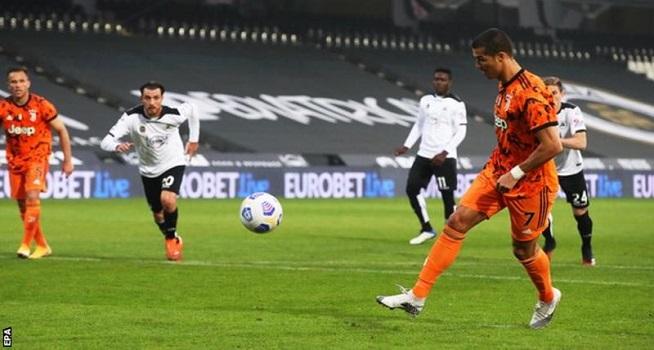 Cristiano Ronaldo (kanan) telah mencetak lima gol dalam empat pertandingan liga untuk Juventus musim ini (Foto: BBC/EPA)