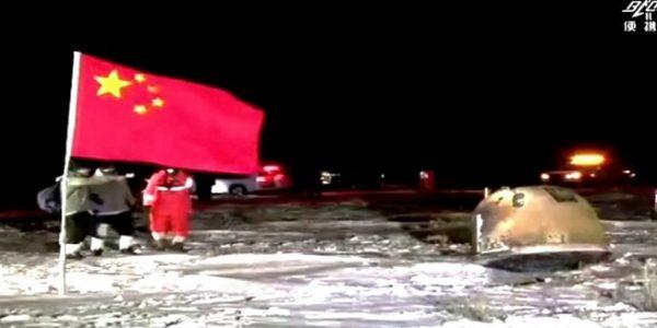 Kapsul membawa sampel yang dikumpulkan pesawat luar angkasa Change-5 mendarat di wilayah Mongolia Dalam, China Utara. [Sumber: CCTV Screenshot via Reuters]