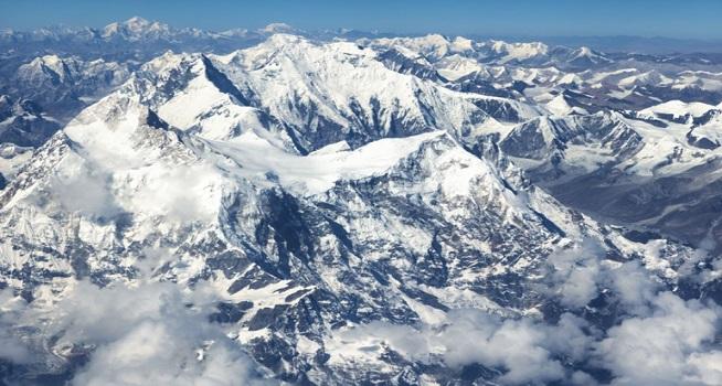 Gunung tertinggi di dunia, Gunung Everest saat ini lebih tinggi 86 centimeter dari yang tercatat sebelumnya (Foto: Aljazeera/AP)