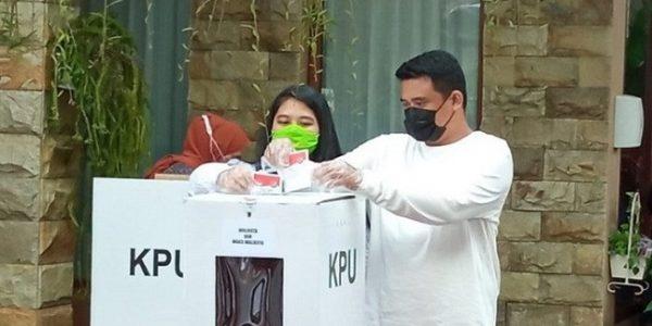 Calon Wali Kota Medan Muhammad Bobby Afif Nasution bersama istrinya Kahiyang Ayu saat akan memasukkan surat suara ke dalam kotak, Rabu (09/12/2020). (Foto: ANTARA/Juraidi)