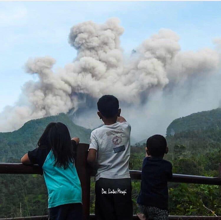 Gunung Merapi meluncurkan awan panas, Rabu (27/01/2021). (Foto: Instagram/delesindah)