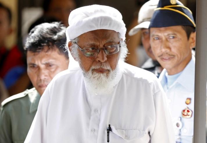 Abu Bakar Baasyir saat memasuki ruang sidang pada 2016. Dia dibebaskan pada Jumat (08/01/2021) setelah menyelesaikan masa hukumannya [Foto: Al Jazeera/Darren Whiteside/Reuters]