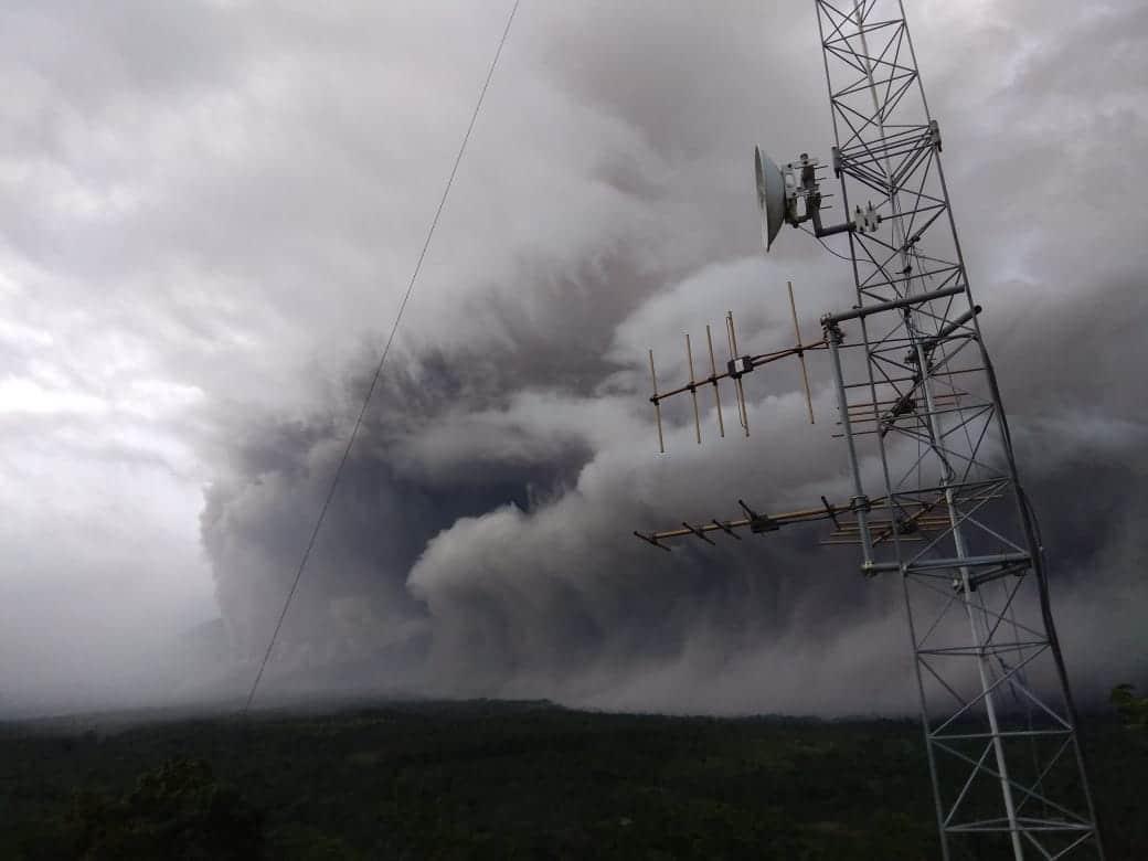 Gunung Semeru luncurkan awan panas sejauh 4,5 km. foto: twitter.com/BNPB_Indonesia