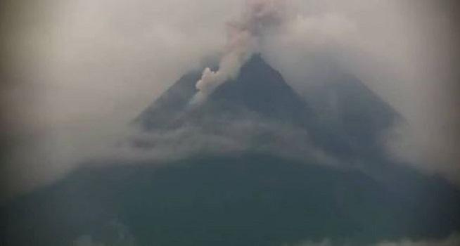Awan panas guguran terjadi di Gunung Merapi, Kamis (07/01/2021) pukul 12.50 WIB (Sumber: Instagram @bpptkg)