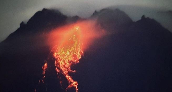 Aktivitas vulkanik Gunung Merapi berupa guguran lava pijar dengan intensitas kecil dari pantauan visual, Selasa (05/01/2021) pukul 18.00-24.00 WIB (Foto: BPPTKG)