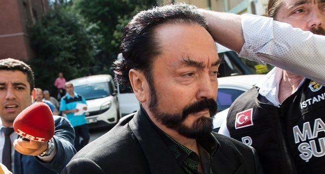 Harun Yahya dibawa petugas (Foto: BBC/AFP)