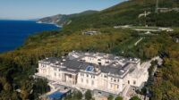 Istana mewah di tepi Laut Hitam yang disebut milik Presiden Rusia Vladimir Putin (Dok. YouTube/Alexei Navalny)
