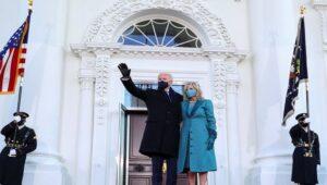Presiden AS Joe Biden melambaikan tangan kepada para pendukungnya sebelum dia dan Ibu Negara Jill Biden memasuki Gedung Putih (Foto: BBC/Tom Brenner/Reuters)