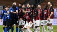 Lukaku dan Ibrahimovic dipisahkan rekan satu tim setelah terlibat perseteruan pada laga perempat final Coppa Italia, Rabu (27/01/2021) dini hari WIB (Foto: BBC/Getty Images)