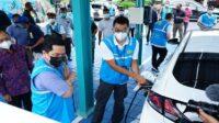 Menteri BUMN Erick Thohir saat melakukan uji coba mobil listrik dan pengecekan kesiapan stasiun pengisian kendaraan listrik (charging station) di Bali, Sabtu (02/01/2021). (Foto: Humas Kementerian BUMN)