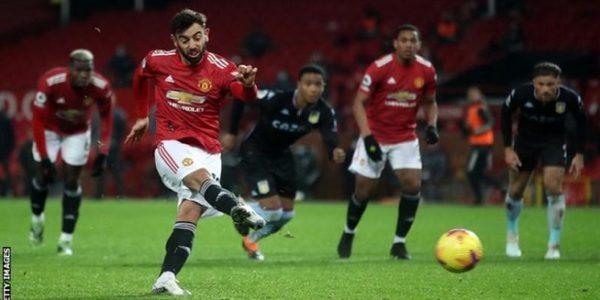Bruno Fernandes melakukan tendangan penalti dalam laga Manchester United kontra Aston Villa di Old Trafford, Sabtu (02/01/2021) dini hari WIB