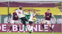 Aksi Paul Pogba mencetak gol ke gawang Burnley dalam laga tunda pekan pertama Liga Premier 2020-2021, Rabu (13/01/2021) dini hari WIB (Foto: Getty Images)