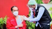 Presiden RI Joko Widodo (Jokowi) bersama vaksinator Abdul Muthalib sesaat setelah menerima vaksin Covid-19 dosis kedua di Istana Kepresidenan, Jakarta, Rabu (21/01/2021). (Foto: Humas/Jay)