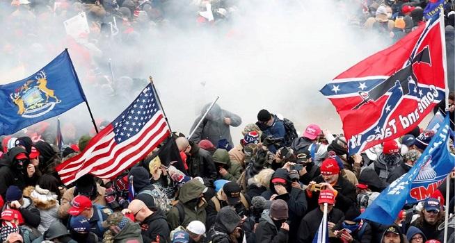 Massa pendukung Presiden Amerika Serikat (AS) Donald Trump menyerbu Capitol Hill (Foto: BBC)