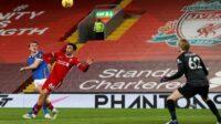 Aksi Dan Burn saat mencoba menaklukkan kiper Liverpool Caoimhin Kelleher (Foto: BBC/Getty Images)