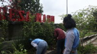 Mahasiswa KKN UNS mengelola taman buah Desa Madu, Boyolali. (Dok. Istimewa)