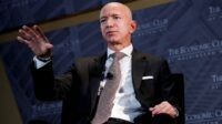 Pendiri Amazon Jeff Bezos akan mengundurkan diri sebagai kepala eksekutif raksasa e-commerce yang ia bangun sejak 30 tahun silam (Foto: BBC/Reuters)