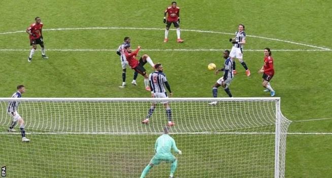 Bruno Fernandes mencetak gol ke gawang West Bromwich Albion dengan tendangan voli dalam lanjutan Liga Premier, Minggu (14/02/2021) malam WIB (Foto: BBC/EPA)