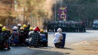 Pengunjuk rasa berhadapan dengan aparat keamanan Myanmar (Foto: BBC/Getty Images)