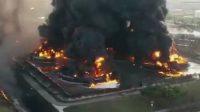 Insiden kebakaran dahsyat terjadi di kilang minyak PT Pertamina RU VI Balongan, Kabupaten Indramayu, Jawa Barat, Senin (29/03/2021) dini hari (Dok. Istimewa/Instagram)